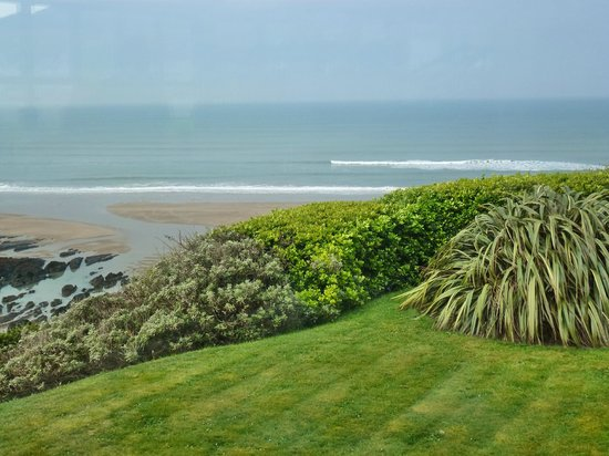 Watersmeet Hotel: Looking out to the sea form the front garden
