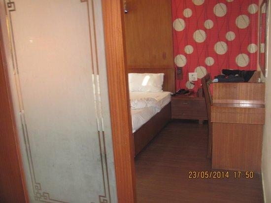 Hotel PR Residency: bedroom with wooden flooring