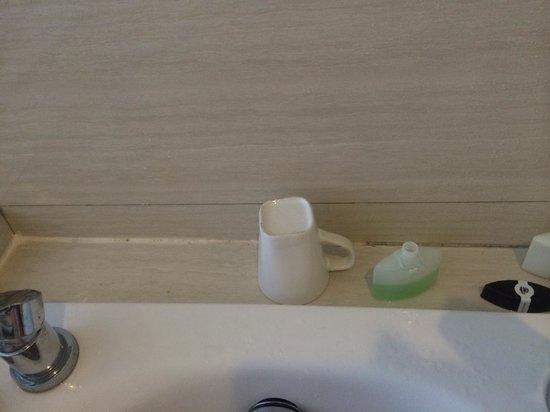 Sing Ken Ken Lifestyle Boutique Hotel: Dirty mug left in bathroom for 2 days