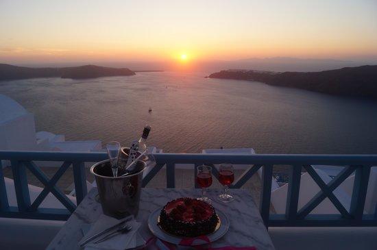 Absolute Bliss Imerovigli Suites: sunset