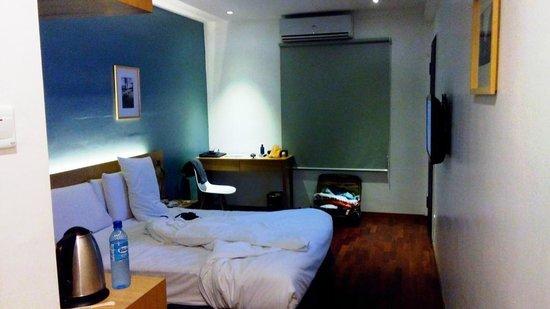 QuaySide Hotel: small desk