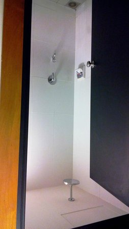 QuaySide Hotel: shower