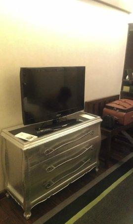 Moevenpick Hotel Hanoi: Телевизор с плоским экраном, которым так гордятся все отели :)