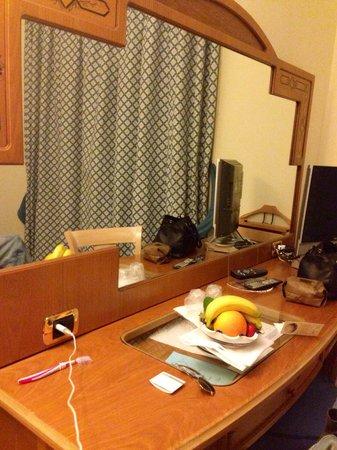 """Grand Hotel Vesuvio : Le stanze hanno sempre la """"frutta di Benvenuto"""" fresca sul tavolo!"""