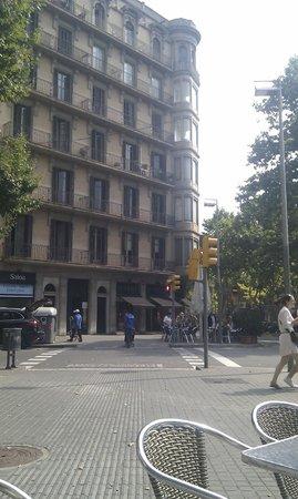 BCN eixample hostel: вид из окна