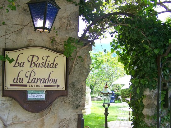 La Bastide du Paradou : Entrance with a glimpse of the yard.