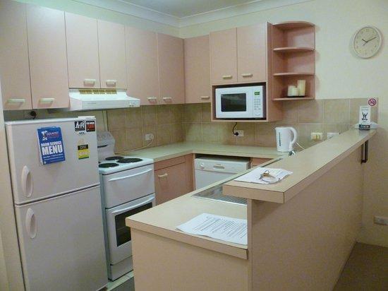 Warringa Surf Apartments: Kitchen 1