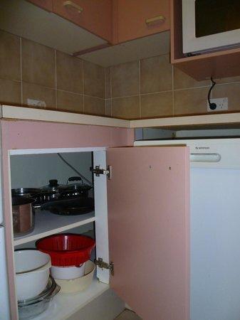 Warringa Surf Apartments: Kitchen 2