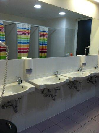 Maverick Hostel: sinks and mirror