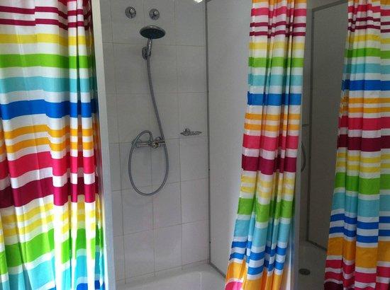 Maverick Hostel: shower