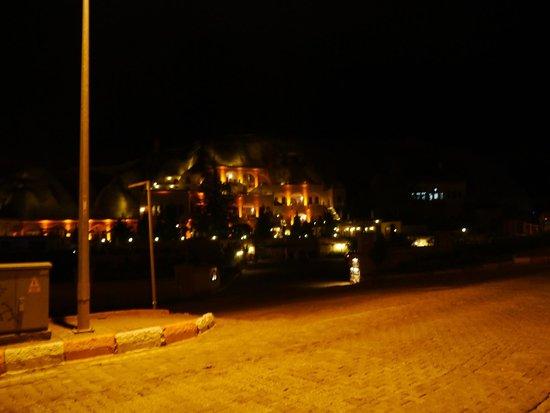 Alfina Hotel Cappadocia: Hotel Alpina at night ( or during a full eclipse )