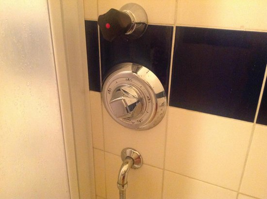 Hotel Ceresio: Смеситель в душе