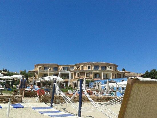 Hotel Resort & SPA Baia Caddinas: hotel visto dalla spiaggia