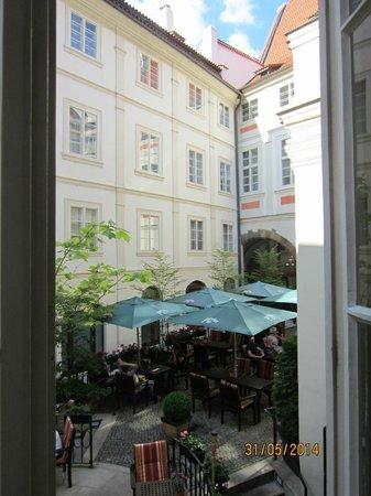 Iron Gate Hotel & Suites : Inner yard
