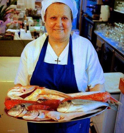 Il Pescatore: la Signora Lucia mostra il pescato del giorno