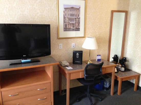 BEST WESTERN PLUS Uptown Hotel: テレビ周り