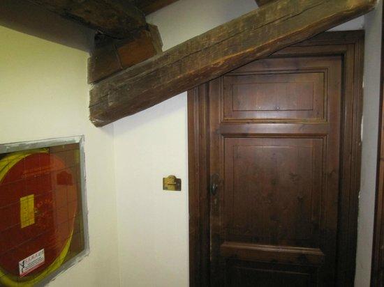 Domus Sessoriana Hotel: de deur van onze mansarde