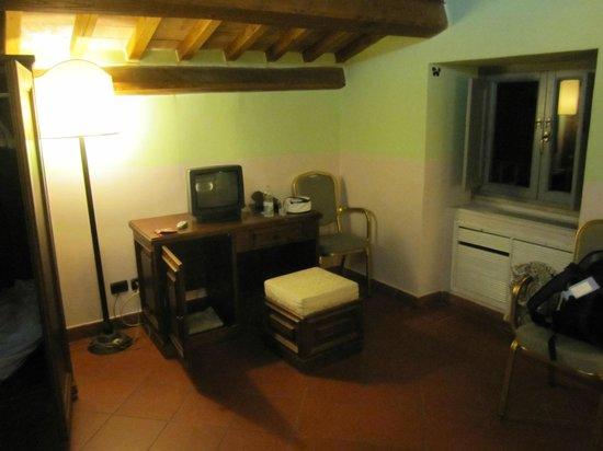 Domus Sessoriana Hotel: onze kamer onder de pannen, romantisch maar (te) warm