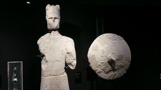 """Museo Archeologico Nazionale : Uno dei """"Giganti di Monte Prama"""" della mostra temporanea"""