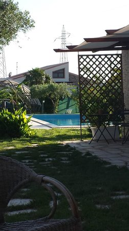 Villa Adriana B&B : la vasca vista dall'ingresso del b&b