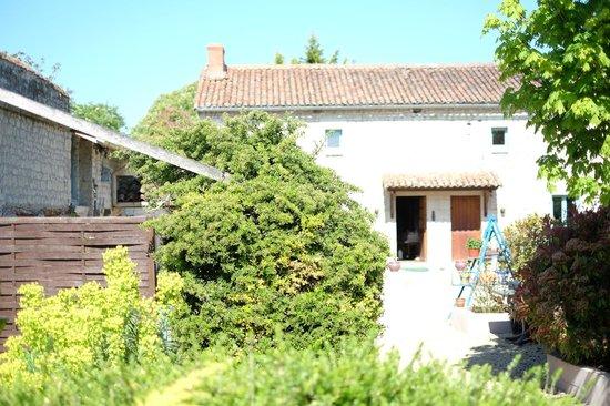 Serigny, França: Main yard