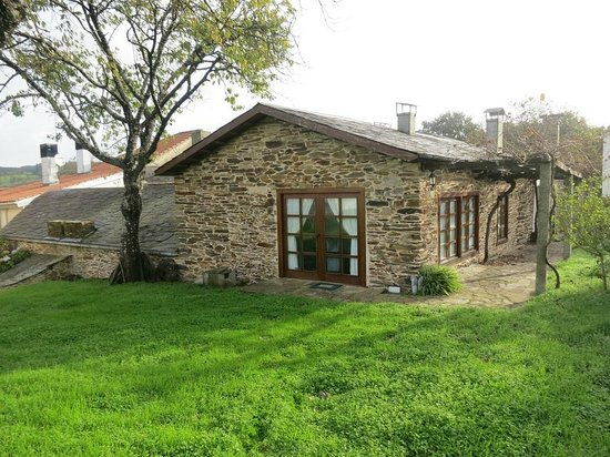 BENAXO - Casa de Turismo Rural: Vista de la casa desde el jardin