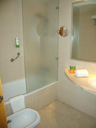 NH Ciudad de Valencia: baño