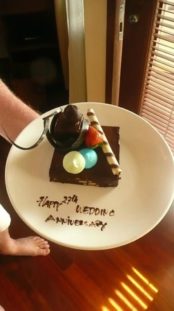 The Laguna, a Luxury Collection Resort & Spa : Our anniversary cake - it tasted gorgeous !
