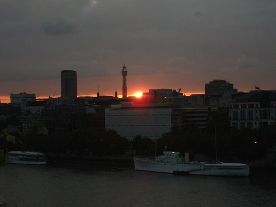 Oxo Tower Restaurant, Bar and Brasserie: Sunset over London, view from our table.