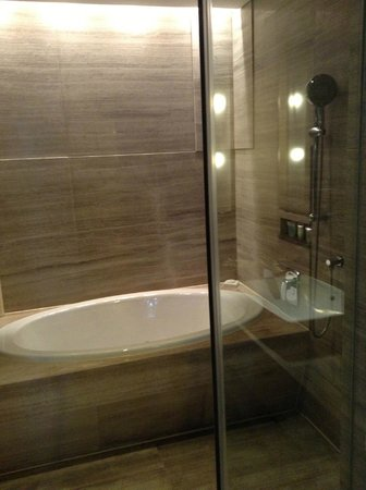 InterContinental Shanghai Jing'An: the separate tub and shower area