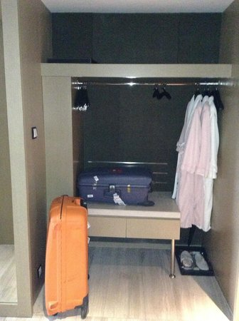 InterContinental Shanghai Jing'An: suitcase stand and clothes hanging area