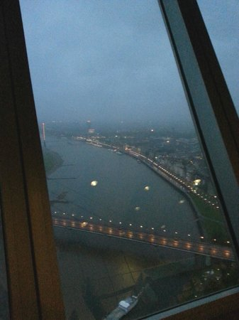 Rhine Tower (Rheinturm) : vista sul Reno con la pioggia 2