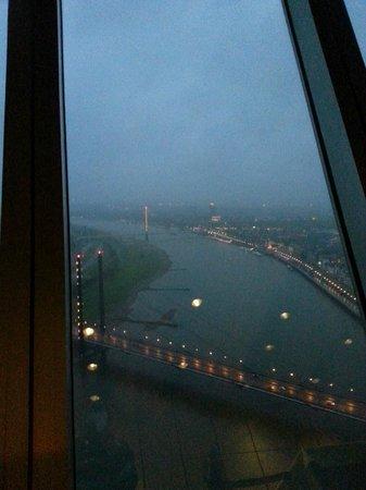 Rhine Tower (Rheinturm) : vista sul Reno con la pioggia