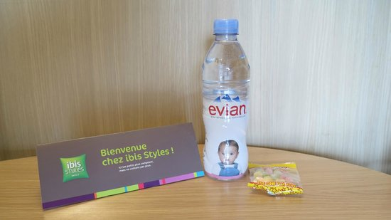 Ibis Styles Annecy Gare Centre : Welcome candy and bottle of Evian