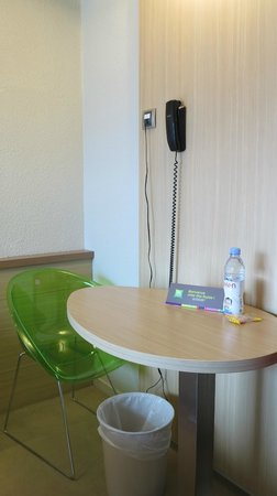 Ibis Styles Annecy Gare Centre : Table