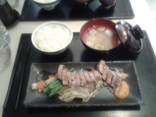 Restaurant IIDA-YA: Tranche de thon mi-cuit, sauce caramélisée, julienne de légumes, riz et soupe miso