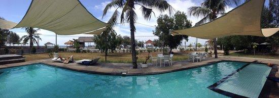 Gili Eco Villas: Pooll area, close to beach