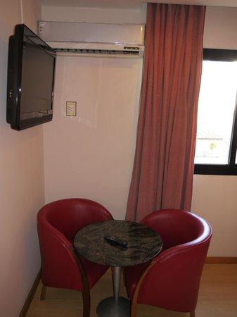 South American Copacabana Hotel : Стол, стулья, телевизор