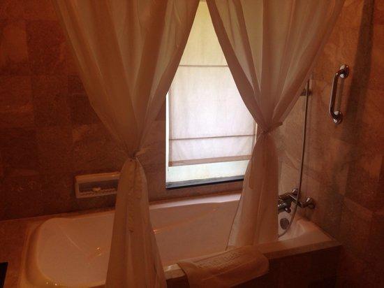 Legian Beach Hotel: Badewanne (Dusche)