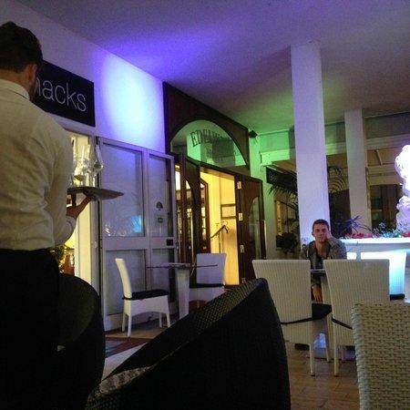 Hotel Edelweiss: Area prima dell'entrata dell'albergo per BAR ecc.