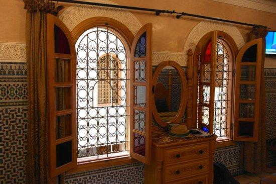 Dar Al Madina Al Kadima: Window to road