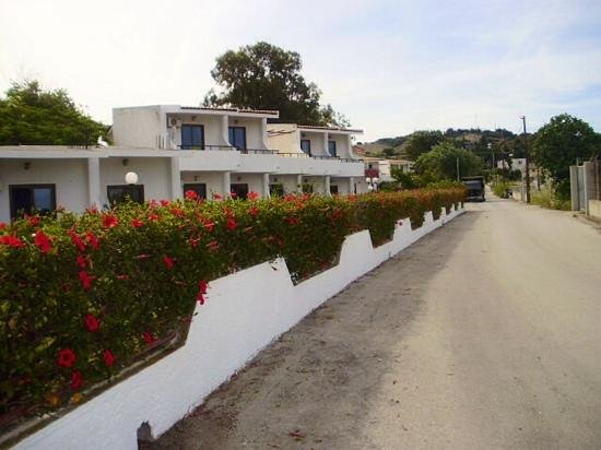 Vallian Village Hotel: front of hotel on way back from beach