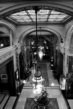 Hotel Metropole: Corridoio dalla scalinata