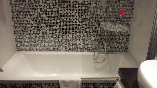 Mercure Dijon Centre Clemenceau : Baignoire, salle de bain très propre