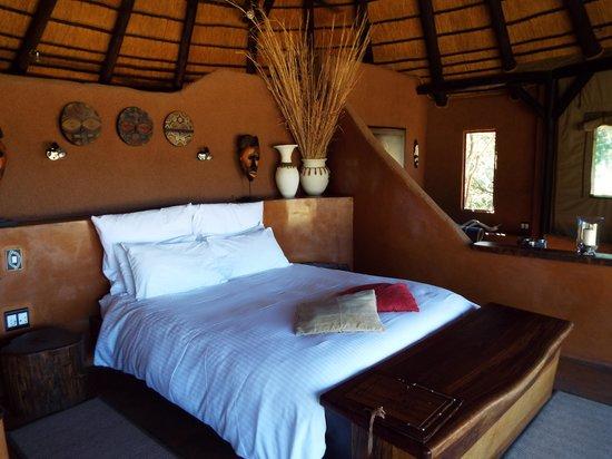 Okonjima Bush Camp: Lovely huge bed...sooo comfy !