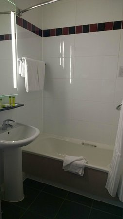 DoubleTree by Hilton Hotel London - Chelsea : Smallish bathroom