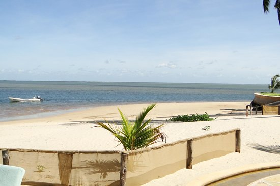 Manda Bay: Looking out from the pool to the sea!
