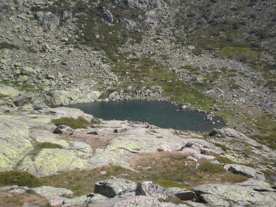 Penalara Natural Park: Laguna de peñalara vista desde el refugio zabala