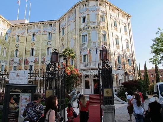 Grande Albergo Ausonia & Hungaria: outside the hotel