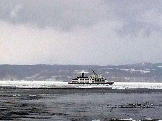 Abashiri Sightseeing Icebreaker Aurora : 流氷を進むおーろら号
